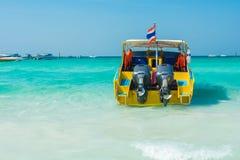 Быстроходный катер на красивом пляже открытого моря Стоковая Фотография