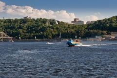 Быстроходный катер плавает на реке против красивого неба Стоковые Изображения RF