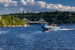 Быстроходный катер плавает на реке против красивого неба Стоковые Изображения