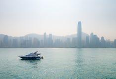 Быстроходный катер Lluxury с горизонтом города известным в дистантном, Стоковое Изображение RF