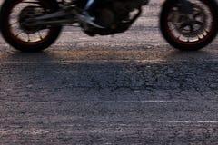 Быстро ехать мотоцикл на дороге Стоковые Изображения