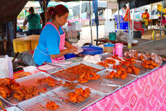 Быстро-приготовленное питание на рынке в Khao Lak Стоковая Фотография