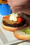 Быстро-приготовленное питание Гамбургер с зажаренным мясом на плите Стоковые Изображения RF