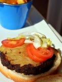 Быстро-приготовленное питание Гамбургер с зажаренным мясом на плите Стоковое Изображение
