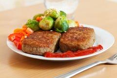 Быстро-приготовленное питание 2 зажаренных котлеты с овощами Стоковое Изображение RF