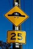 Быстро пройдите знак ограничения который был повернут в пирата граффити стоковые изображения