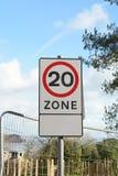 Быстро пройдите ограничение к 20mph в этом знаке зоны стоковое изображение