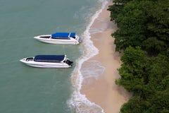 Быстро пройдите шлюпки, пляж и остров в климате погоды муссона Стоковая Фотография RF