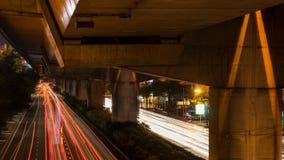 Быстро пройдите свет на улице на ноче в Бангкоке, Таиланде Стоковые Изображения RF
