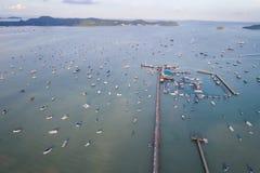Быстро пройдите шлюпка припаркованная в море на заливе Chalong, провинции Пхукета, Tha Стоковые Изображения