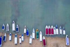 Быстро пройдите шлюпка припаркованная на пляже на заливе Chalong, провинции Пхукета, Стоковое Изображение