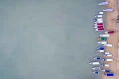Быстро пройдите шлюпка припаркованная на пляже на заливе Chalong, провинции Пхукета, Стоковые Изображения