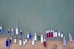 Быстро пройдите шлюпка припаркованная на пляже на заливе Chalong, провинции Пхукета, Стоковое Изображение RF