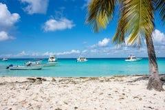 Быстро пройдите шлюпки в ясном океане на предпосылке пальм и красивых облаков Стоковые Изображения RF