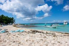Быстро пройдите шлюпки в ясном океане на предпосылке пальм и красивых облаков Стоковое Изображение RF
