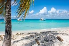 Быстро пройдите шлюпки в ясном океане на предпосылке пальм и красивых облаков Стоковая Фотография