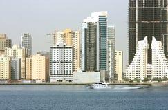 быстро проходить быстроходного катера highrise здания Бахрейна Стоковое Изображение RF