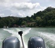 Быстро проходить далеко от тропического острова стоковые изображения rf
