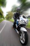 быстро проходить motorcyclist Стоковое Фото