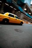 Быстро проходя желтая кабина таксомотора города Стоковые Фотографии RF