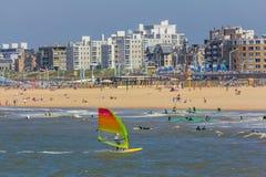 Быстро проходя windsurfers на пляже Гааге Scheveningen Стоковые Изображения