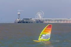 Быстро проходя windsurfers плавая около пристани Scheveningen Стоковые Фотографии RF