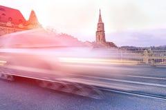 Быстро проходить большого suv автоматический вдоль улицы на заходе солнца Стоковые Фотографии RF