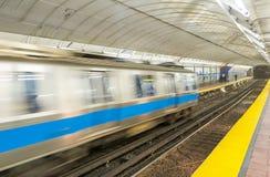 Быстро проходить - вверх по поезду на станции метро стоковое фото rf