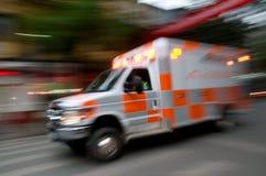 Быстро проходя машина скорой помощи Стоковые Фото