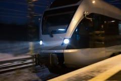 Быстро проходя поезд в вечере зимы Стоковая Фотография