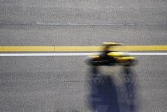 Быстрые гонки мотоцилк на дороге Принято от выше Стоковая Фотография