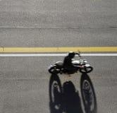 Быстрые гонки мотоцилк на дороге Принято от выше Стоковые Фото