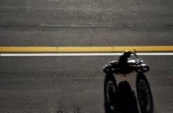 Быстрые гонки мотоцилк на дороге Принято от выше Стоковое Изображение RF