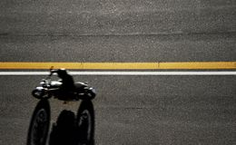 Быстрые гонки мотоцилк на дороге Принято от выше стоковая фотография rf