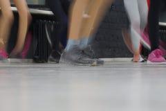 Быстрые движения ног людей танцуя в спортзале стоковое фото