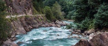 Быстрые река и скала горы Стоковые Фотографии RF