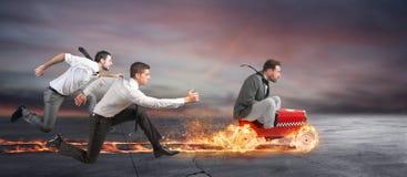 Быстрый бизнесмен с автомобилем выигрывает против конкурентов Стоковое фото RF