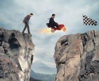 Быстрый бизнесмен с автомобилем выигрывает против конкурентов Принципиальная схема успеха и конкуренции стоковая фотография rf