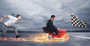 Быстрый бизнесмен с автомобилем выигрывает против конкурентов Принципиальная схема успеха и конкуренции стоковое фото