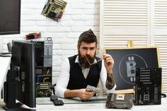 Быстрый минируя сервер Виртуальная или цифровая валюта Человек горнорабочего Bitcoin в комнате сервера Бородатый бизнесмен с комп стоковая фотография rf
