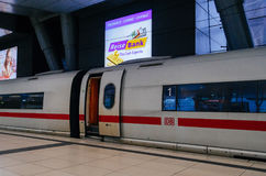 Быстрый поезд льда с открыть дверью в немецком вокзале Стоковые Фото