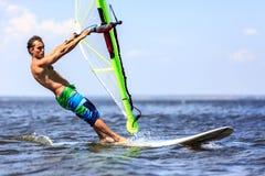 Быстрый причаливая windsurfer Стоковое Изображение