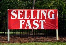 быстрый продавая знак Стоковое фото RF