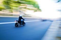 Быстрый управляя мотоцикл стоковые фотографии rf
