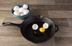 быть зажаренным яичком завтрака eggs английская язык жарящ non желток белизны тефлона ручки лотка Стоковые Фотографии RF