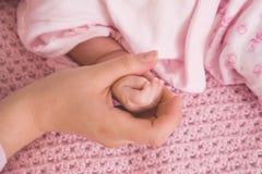 Быть матерью рук стоковые изображения