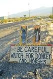 Быть осторожным одичалого дорожного знака осла и лошадей вдоль бортового шоссе Pahrump, Невады, США Стоковое фото RF