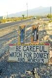Быть осторожным одичалого дорожного знака осла и лошадей вдоль бортового шоссе Pahrump, Невады, США Стоковая Фотография