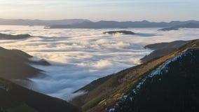 Былинное туманное утро над облаками тумана пропускает в промежутке времени 4K долины горы зимы акции видеоматериалы