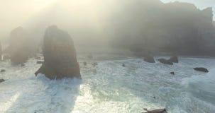 Былинные скалы и взгляд океанских волн сток-видео